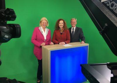 Interview beim Fernsehen. Dr. Anette Schunder Hartung mit TV-Redakteurin Anke Seeling. TV-Moderator der Expertentalkshow Dirk Rabis 01