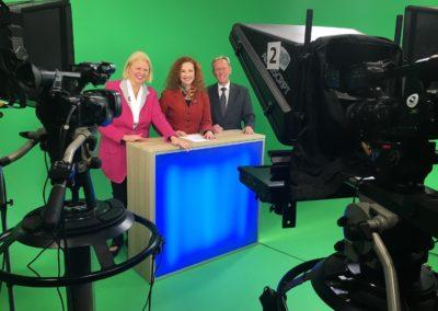 Interview beim Fernsehen. Dr. Anette Schunder Hartung mit TV-Redakteurin Anke Seeling. TV-Moderator der Expertentalkshow Dirk Rabis 02